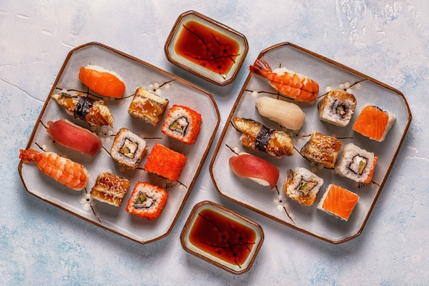 Набор для суши: суши и роллы для суши на тарелке.