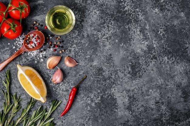 Фон со специями, травами и оливковым маслом.