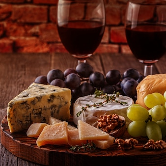 チーズ、ナッツ、ブドウ、木製の赤ワイン。