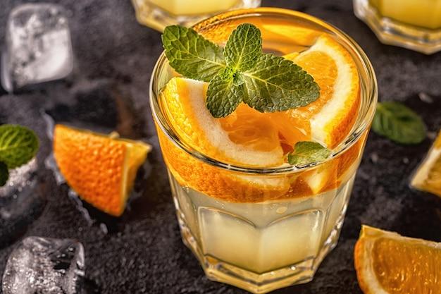 オレンジの自家製カクテル/デトックスフルーツ入りの水