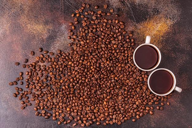 一杯のコーヒーとコーヒー豆をハートの形で注いだ
