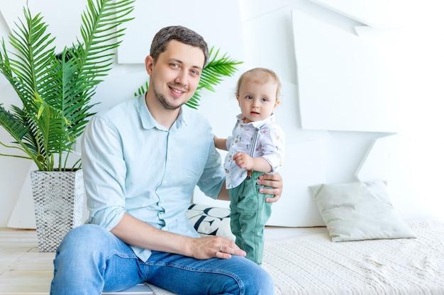 Папа держит на руках ребенка, концепция счастливой семьи, день отца, отношения отца и сына