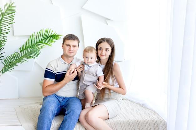 Молодая мама и папа с ребенком на руках, родители с ребенком, семья да, счастливая семья