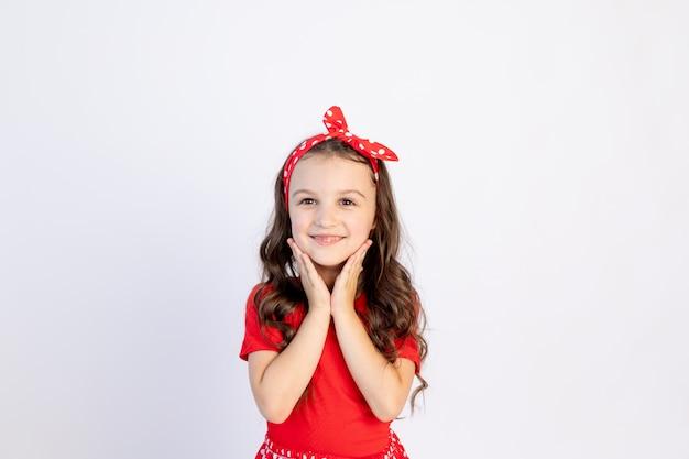 孤立した白地に赤いドレスを着たかわいい女の子