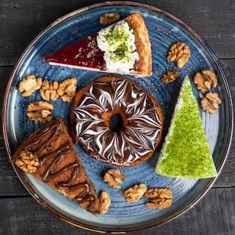 美しいドーナツ、チョコレートケーキ、青いプレート、トップビューでティラミス