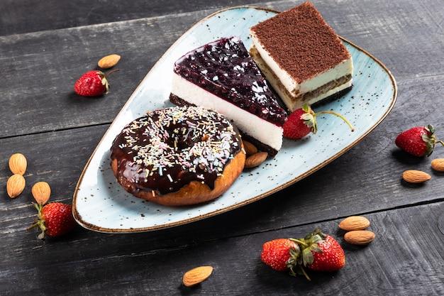 美しいドーナツ、チョコレートケーキ、ティラミス、トップビュー