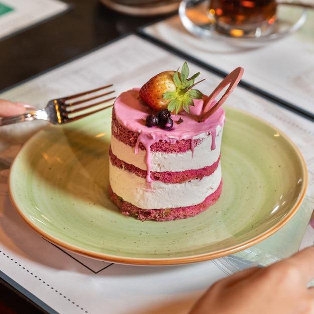 ピンクのデザートをクローズアップ
