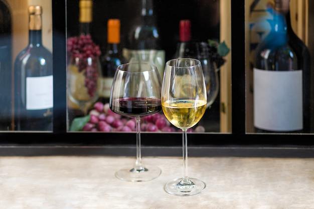 ワインボトル付き赤と白ワイングラス