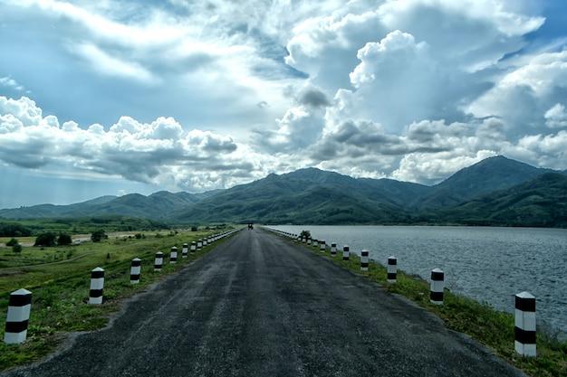 Голубое небо и пресная вода озера пейзаж природа