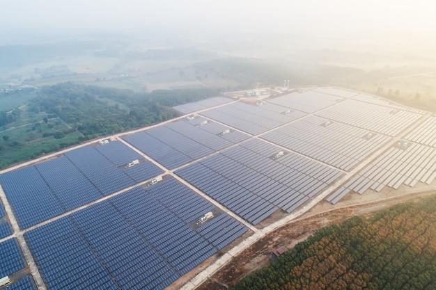 Ферма солнечной энергии. взгляд высокого угла панелей солнечных батарей на ферме энергии.