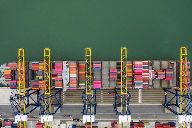 Морской порт с высоты птичьего полета контейнерные погрузочные суда в импорте экспорт бизнес логистика
