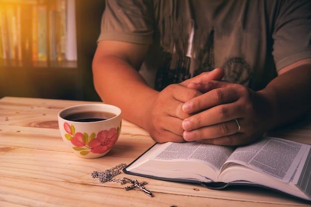 Христианин изучает библию