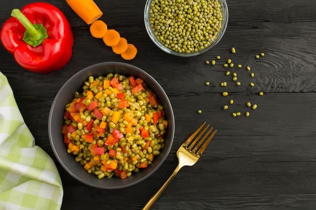 ボウルに野菜と緑豆