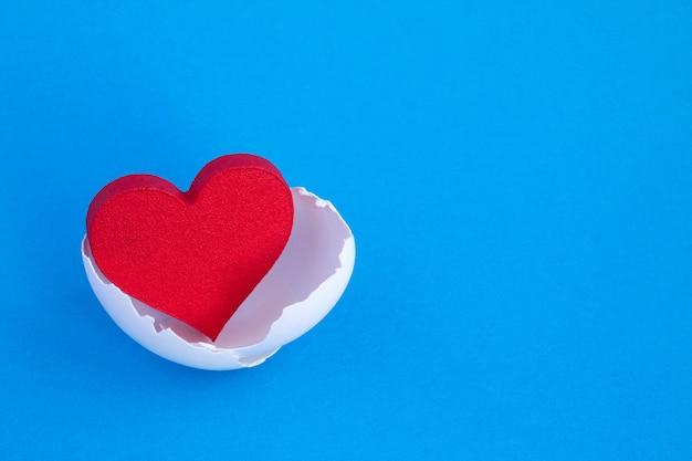 Закройте на форме сердца в яичной скорлупе