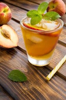 ミントとガラスの桃と冷たいお茶