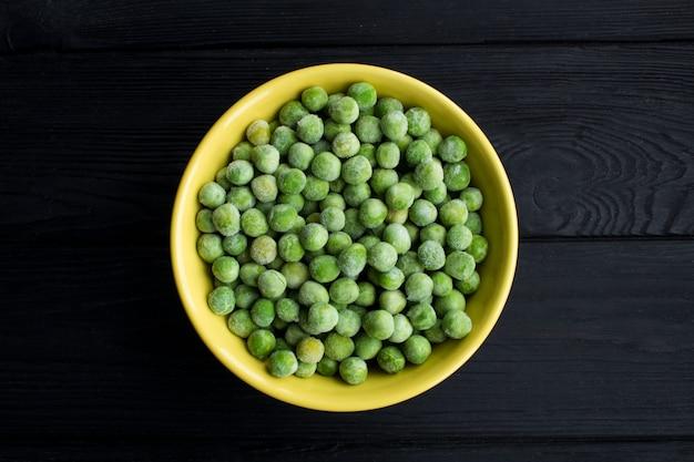 ボウルに冷凍エンドウ豆のトップビュー