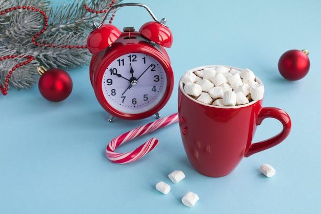 赤いカップと赤い目覚まし時計でマシュマロとホットチョコレート