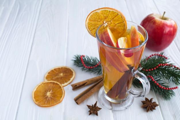 リンゴ、オレンジ、クランベリー、スパイスのグリューワイン