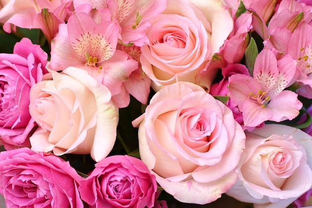 美しい緑豊かな花がバラとアルストロメリアのビューをクローズアップ