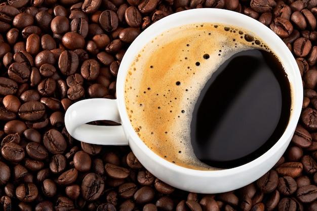 コーヒー豆にブラックコーヒーのカップ