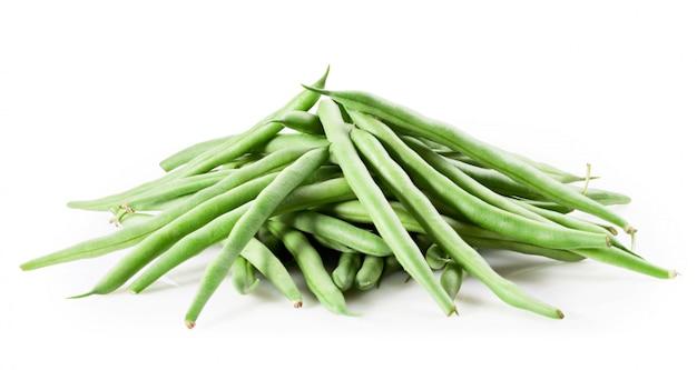 白で隔離される新鮮な緑の豆