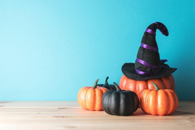 Хэллоуин тыква декор и шляпа ведьмы на деревянный стол