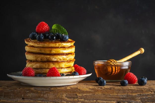 Вкусные блины со свежими ягодами на деревенский деревянный столик