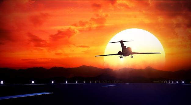 大きなジェット旅客機が離陸滑走路の上空を飛ぶ