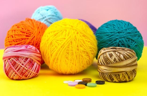 編み物用の色付きの糸玉