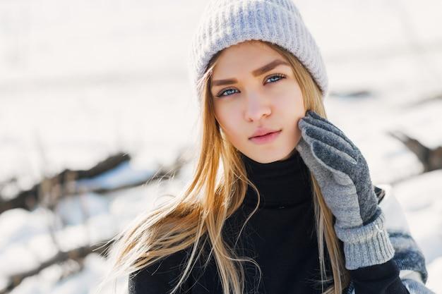雪原に毛布を着ている少女