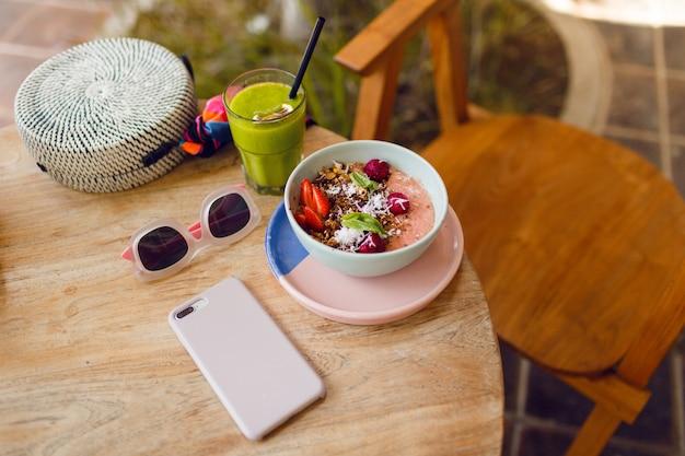 Чаша суперпродуктов с чиа, мюсли и авокадо.
