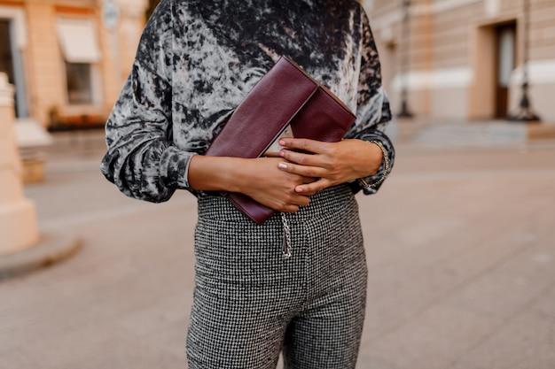 ファッションオブジェクト。高級バッグを手で保持している黒人女性