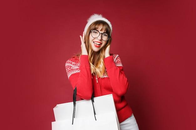 冬の服のポーズで笑顔の女性
