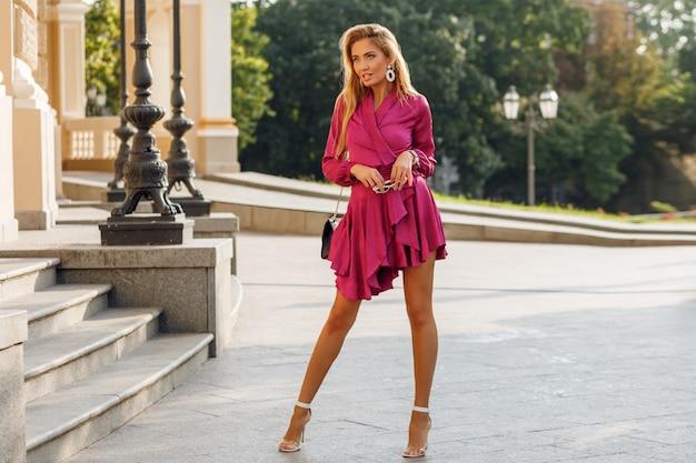 エレガントなシルクのドレスで魅惑的な金髪の女性の肖像画