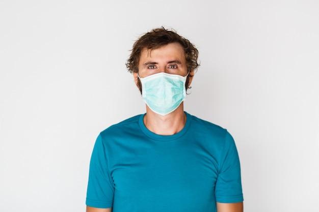 防護マスクを着た男