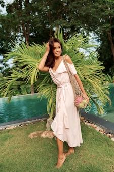 Азиатская женщина, держащая экологически чистые сетки покупателя
