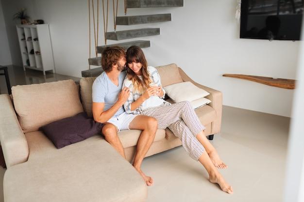 家で一緒に時間を過ごす居心地の良いカップル。