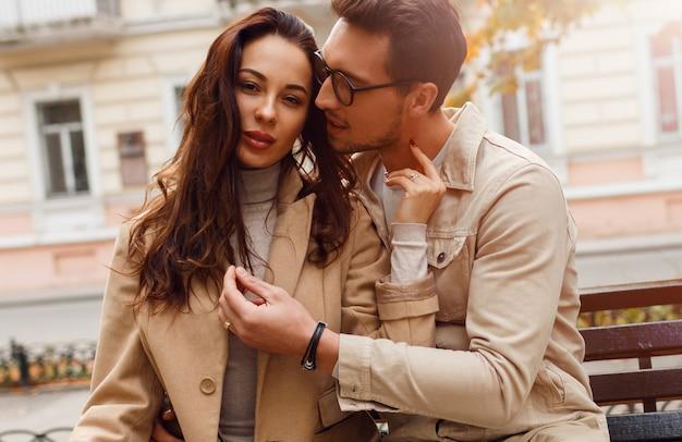 素晴らしいヨーロッパのカップルが寒い日に一緒にポーズします。スタイリッシュなトレンチを着用。秋のシーズン。ロマンチックな気分。