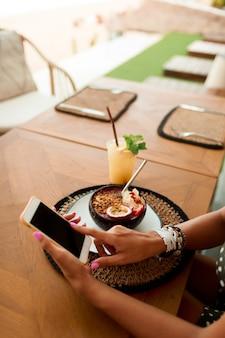 カフェで携帯電話を使用してヨーロッパの女性。