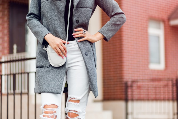 ファッションの詳細。屋外を歩く女性。