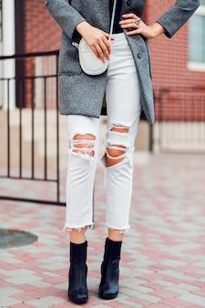 ファッションの詳細。屋外を歩くファッション女性。