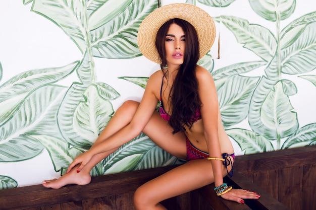 スタイリッシュな明るい水着でスリムな素晴らしい女性の夏のファッションの肖像画