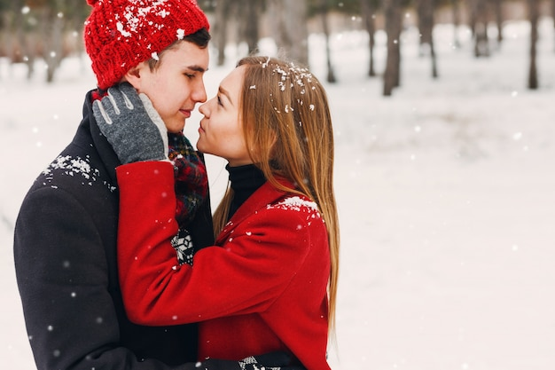 Пара улыбается в снежный день