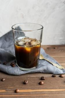 木製のブラックアイスコーヒー
