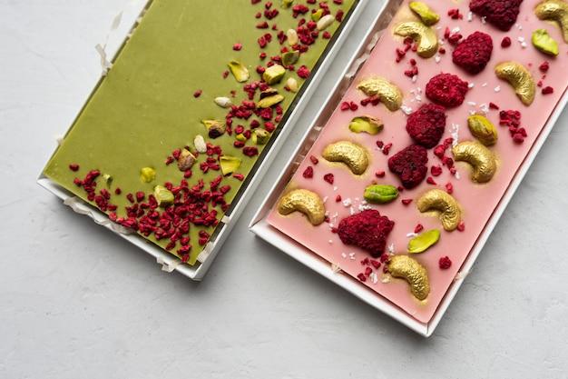 Органический шоколад с лиофилизированными ягодами в подарочной коробке
