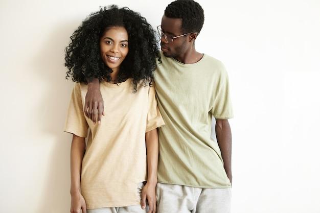 愛と幸福の概念。一緒に時間を過ごす美しい若いアフリカカップル