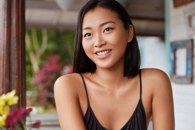 おかっぱの髪型、居心地の良い部屋でポーズ美しい中国の女性の肖像画