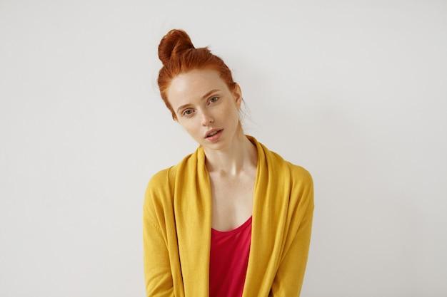 若さ、美容、スキンケアのコンセプトです。磁器のそばかすのある肌と生姜の髪を持つヨーロッパの外観の美しい魅力的な若い女性