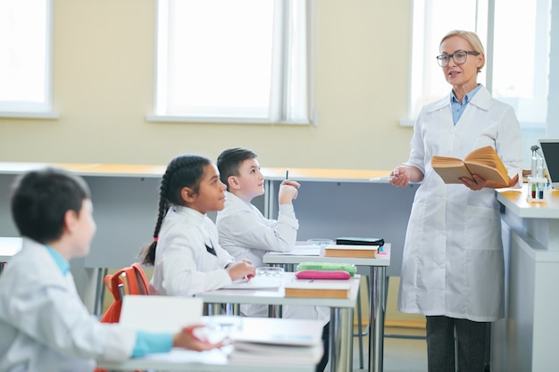 Учитель перед классом