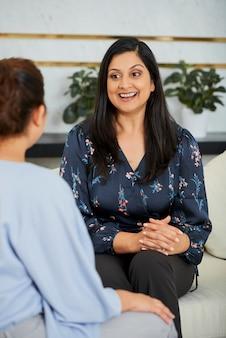 Эмоциональная деловая женщина разговаривает с коллегой